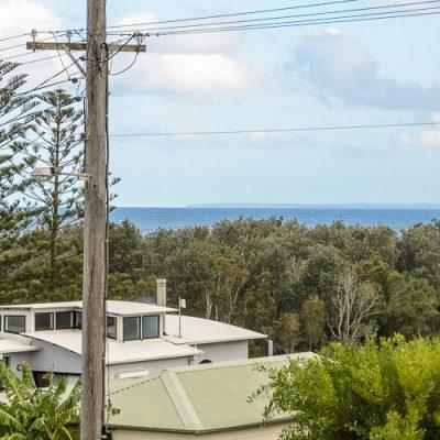 Gerroa holiday house southerly change balcony views
